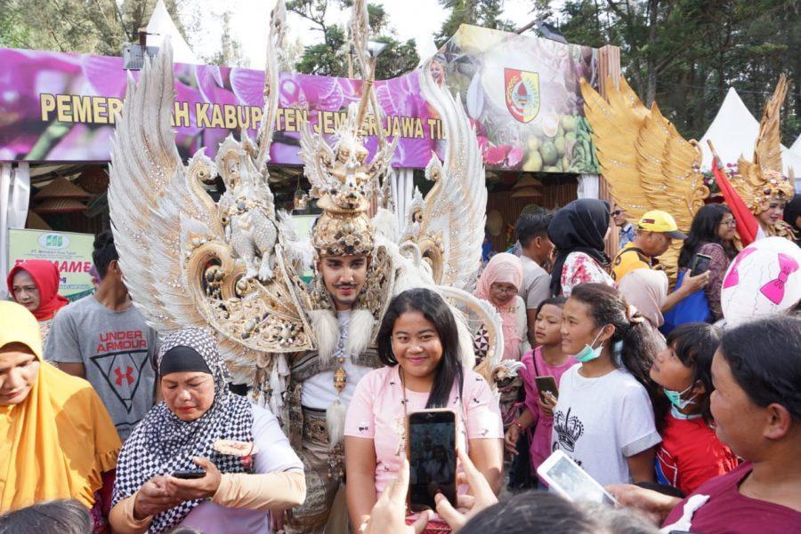 Dipancing Dua Talent JFC, Pengunjung Festival Bunga dan Buah di Karo, Serbu Stand Jember