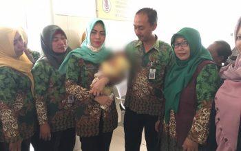 Dinsos Jember Serahkan Bayi yang Ditemukan di Gumukmas kepada PSAB Sidoarjo
