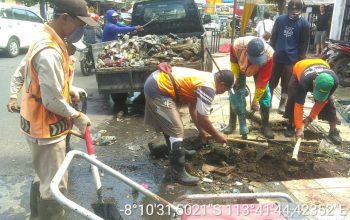 Respon Laporan Warga, TJL Perbaiki Jalan, Bersihkan Saluran Air dan Memotong Pohon Tumbang